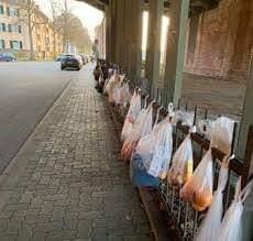 En Alemania cuelgan alimentos en las calles para quien los necesite en ésta pandemia.
