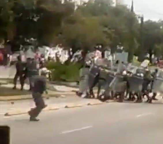 Varios heridos deja un enfrentamiento entre policías y comerciantes del mercado Hidalgo.