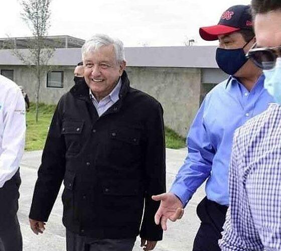 AMLO y su extraño abrigo, durante su visita a Nuevo Laredo.