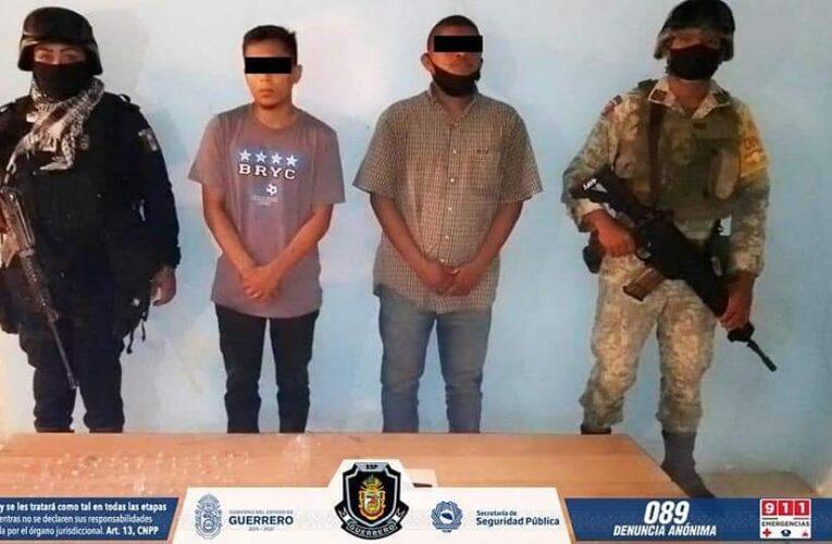 Asegura la Policía Estatal y SEDENA a 2 sujetos con una pistola, presunta droga y un vehículo en Acapulco.