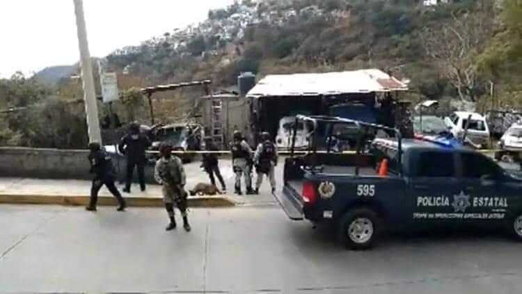 Localizan un hombre muerto en el interior de un taller de hojalatería y pintura en Taxco.
