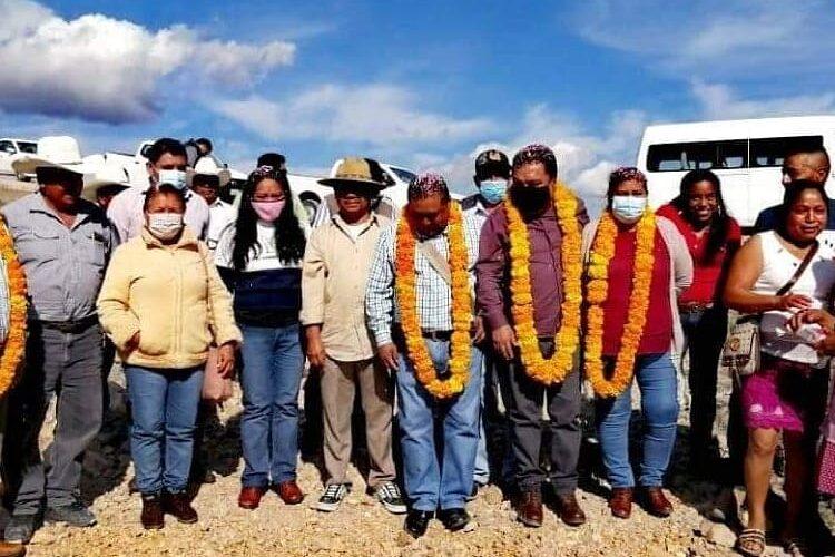 El presidente municipal de Zitlala, Rogelio Ramos Tecorral, entregó un camino de saca cosechas.