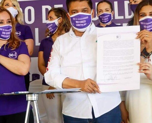 Firma Mario Moreno los primeros diez compromisos con las mujeres ante Notario Público.