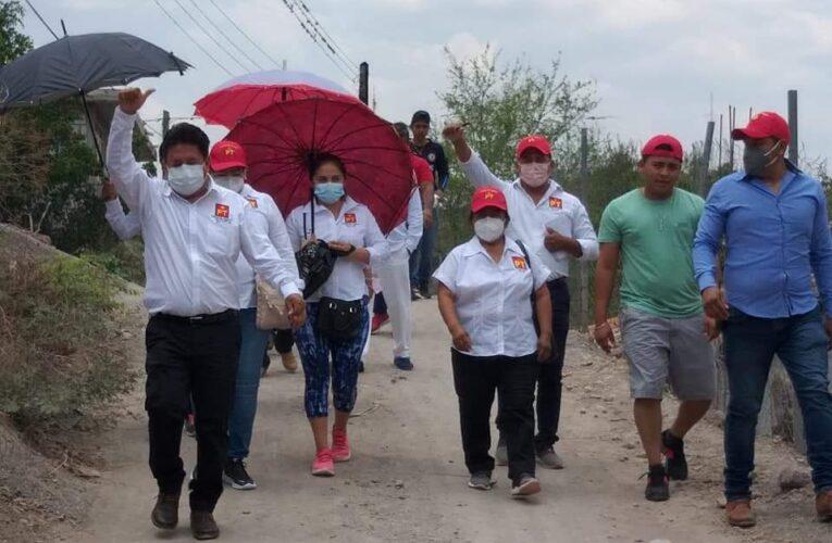 Lleva su propuesta de trabajo el candidato del PT a la alcaldía de Cualac, Eugenio García Meza, a vecinos del barrio Vista Hermosa.