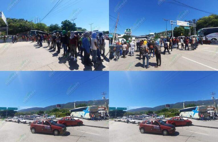 Bloquean normalistas de Ayotzinapa la Autopista del Sol.