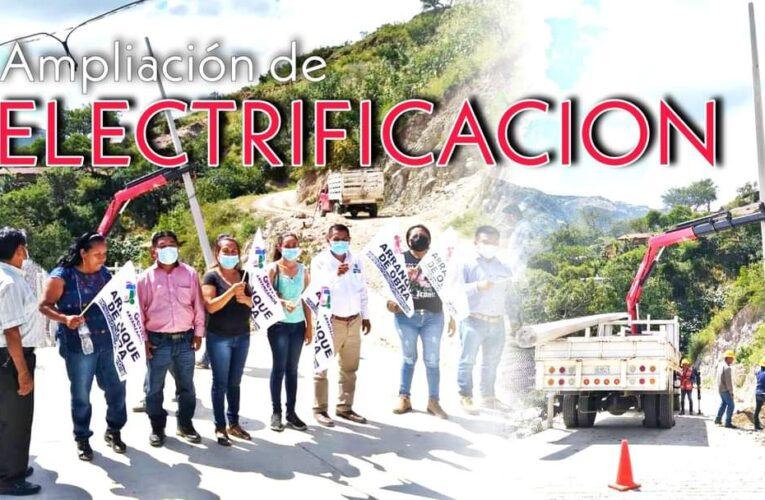 El presidente municipal de Copanatoyac; Eleuterio Reyes; mplia la Red Eléctrica en Patlicha.