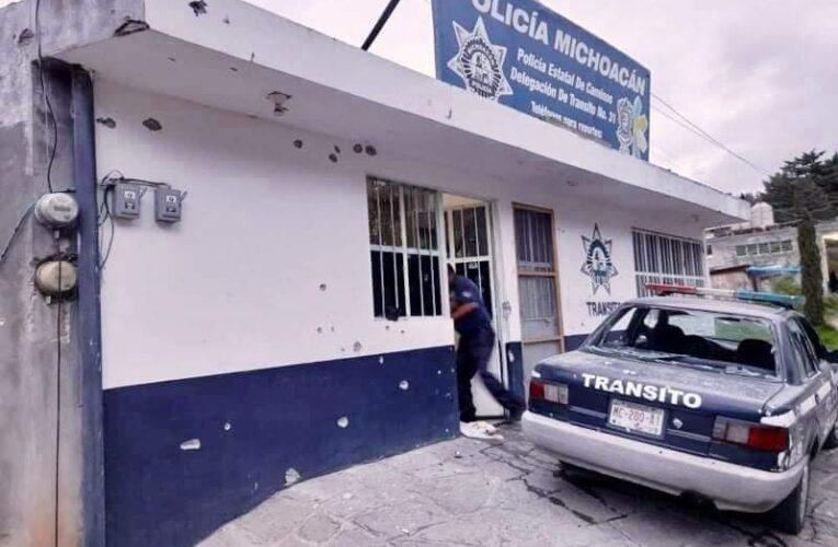 ATACAN LA BASE DE LA POLICÍA EN TLALPUJAHUA, 2 POLICÍAS MUERTOS.