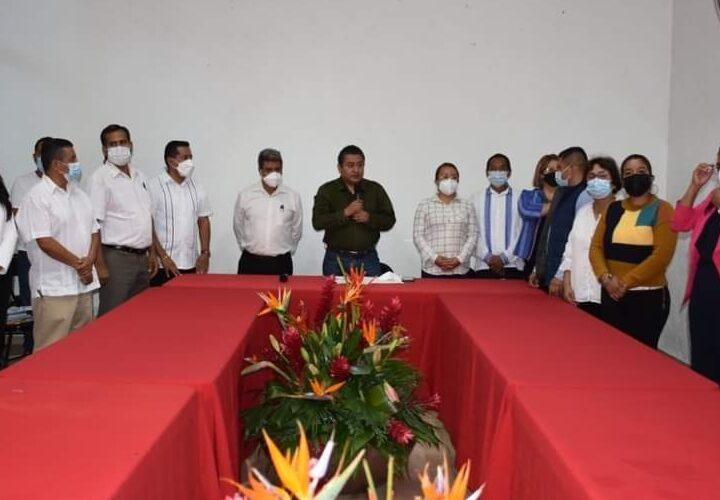 Toma protesta a los funcionarios del Ayuntamiento de Tlapa; el alcalde Gilberto Solano.